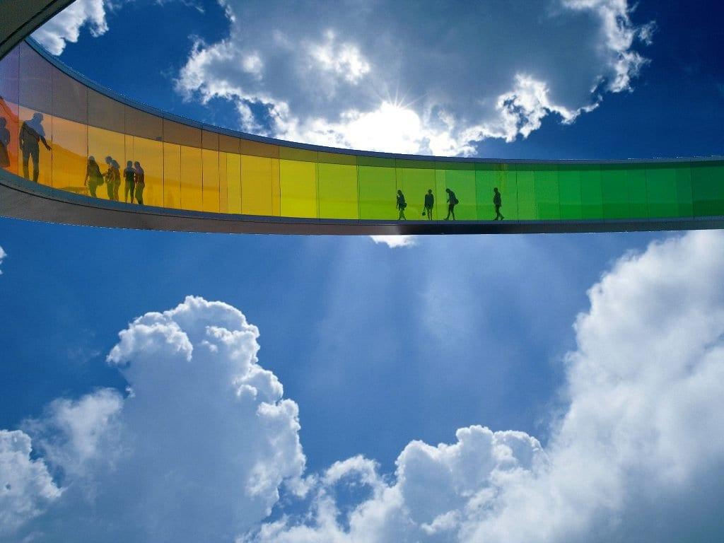 Mennesker går i en glastunnel oppe i skyerne